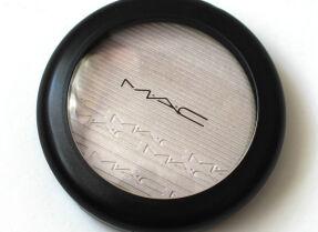 Хайлайтер MAC Extra Dimension Skinfinish в оттенке Soft Frost – неоновое сияние
