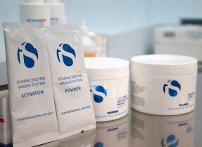 Процедура «Пенящийся энзимный уход» с продуктами iS CLINICAL