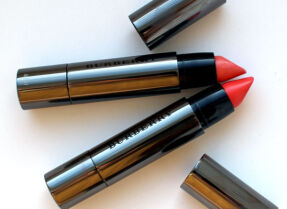 Помада Burberry Full Kisses – оттенки Rose Apricot и Coral Red, свотчи и макияж